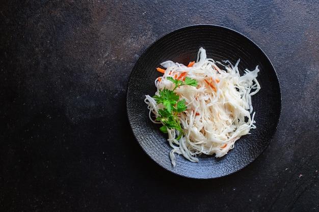 Салат из квашеной капусты, специи и маринад, готовый к употреблению
