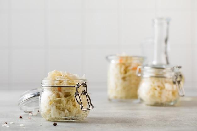 Квашеная капуста в стеклянных банках ферментация и консервирование овощей copy space