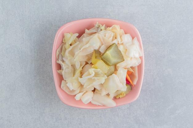그릇에 소금에 절인 양배추 샐러드