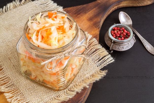 유리 항아리에 소금에 절인 양배추 샐러드입니다.
