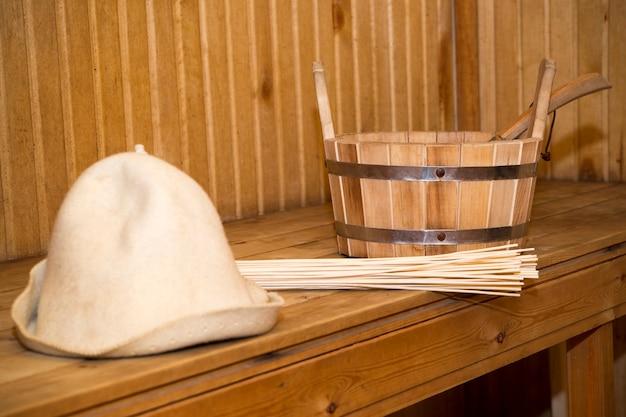 サウナ、バスアクセサリー。木製のバケツと帽子