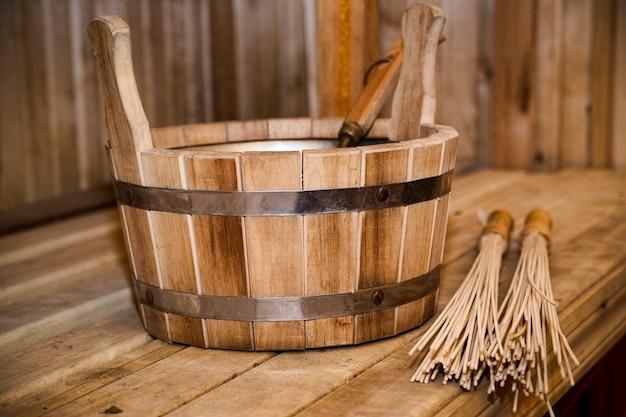サウナ、バスアクセサリー。木製のバケツと棒