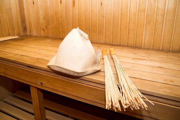 サウナ、バスアクセサリー。木の棒と帽子