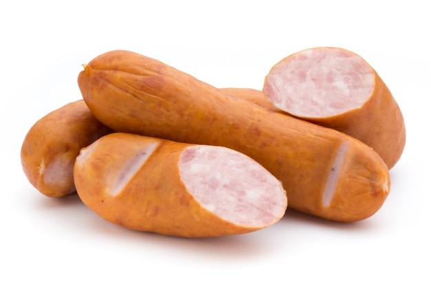Колбаса и специи, изолированные на белом, свежие вкусные сосиски.
