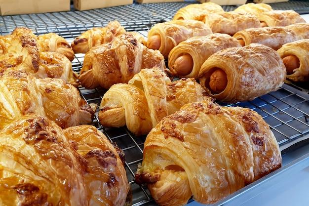 Колбаса, круассан, хлеб в пекарне