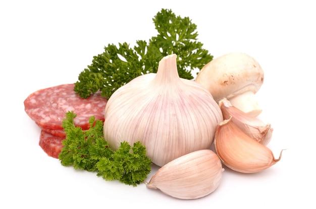 흰색 표면에 소시지, 솔직히, 파슬리, 버섯
