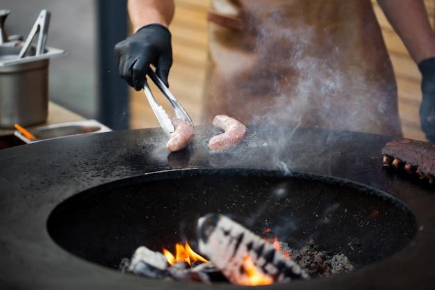 バーベキュー スモーカー グリルのソーセージ。熱々のスモークソーセージ。フードフェスティバル