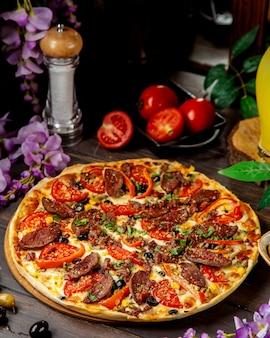 Pizza salsiccia con peperoni e formaggio al pomodoro