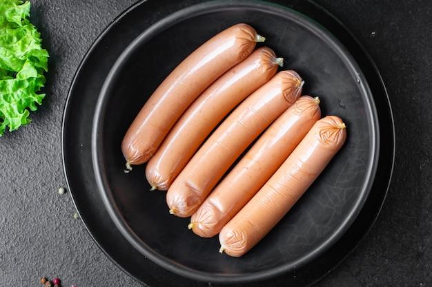 Колбаса свинина говядина или курица фаст-фуд полуфабрикаты закуска на столе еда закуска вид сверху