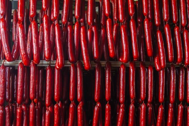 ソーセージの生産ライン。燻製場のカウンターにあるソーセージ