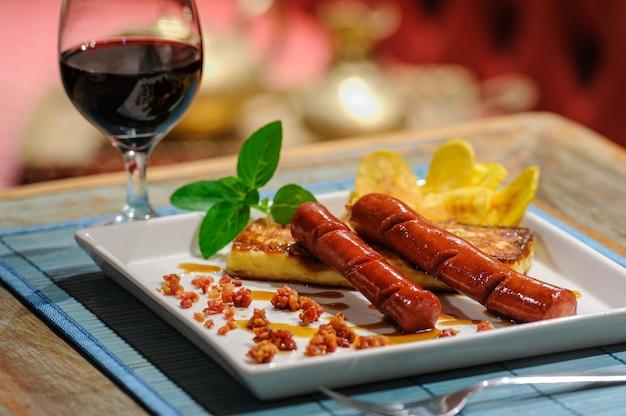 레넷 치즈를 곁들인 소시지. 브라질 북동부 요리의 전통 식전주.