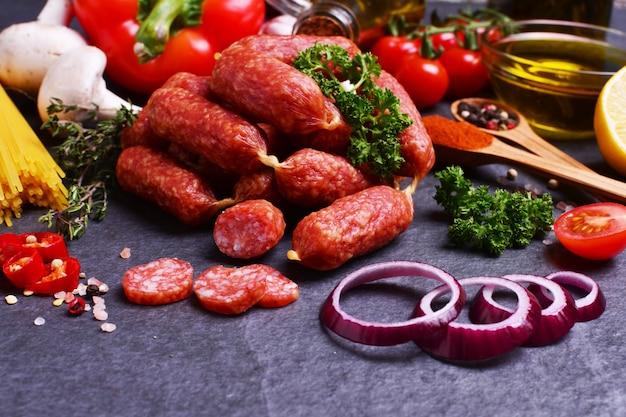 Колбаса с салями со специями и овощами