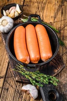 鍋に入れた豚肉のソーセージ ブラートヴルスト。