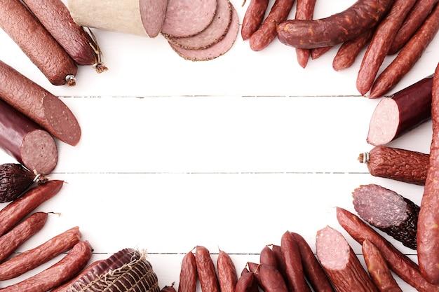 Колбаски на деревянном столе