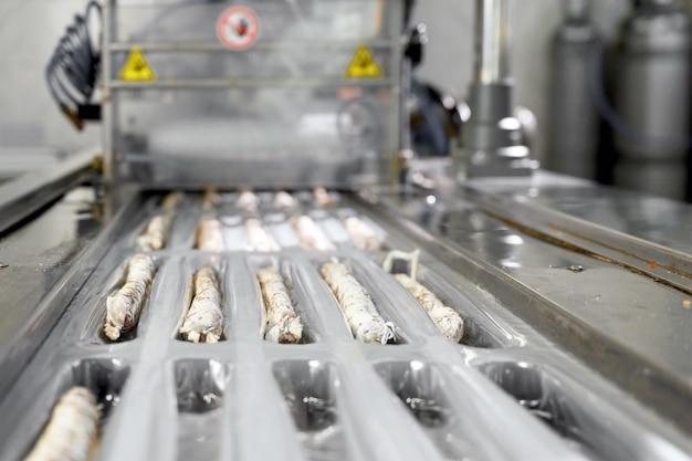 Линия фасовки колбасных изделий из колбасных изделий - каталонская сыровяленая сыровяленая колбаса из свинины в свиной кишке промышленное производство колбасных изделий.