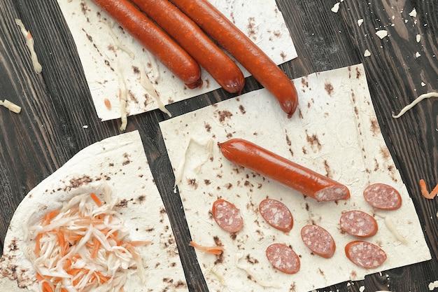 Колбасы, квашеная капуста и лаваш