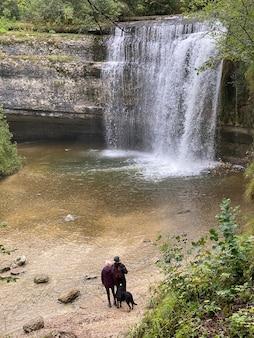 Saut de la forgeの滝は、cascadeduhãƒâ©risson、フランス、ジュラのいくつかの滝の1つです。