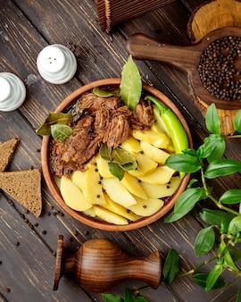 Обжаренный ягненок с ломтиками картофеля и зеленью