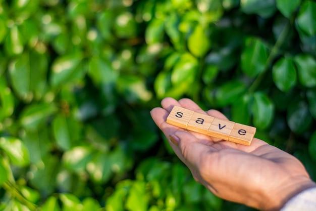 «сохранить» алфавит в женской руке.