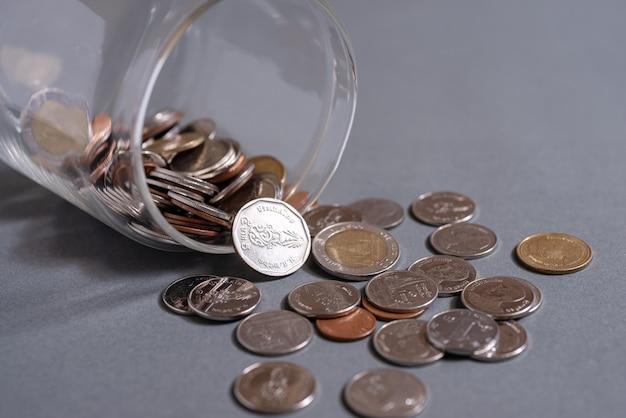 退職や口座バンキングのコンセプトのためにコインを節約