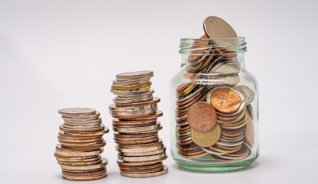 金融の概念のためにお金と口座銀行を節約し、白い背景にコインを積み重ねます