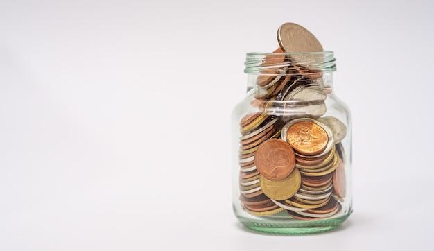 金融の概念のためにお金と口座銀行を節約し、白い背景の上にコインを積み重ねます