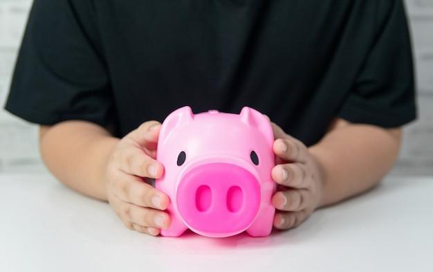 돈을 절약 비즈니스 개념 돈 돼지 저금통 어린이 및 성인