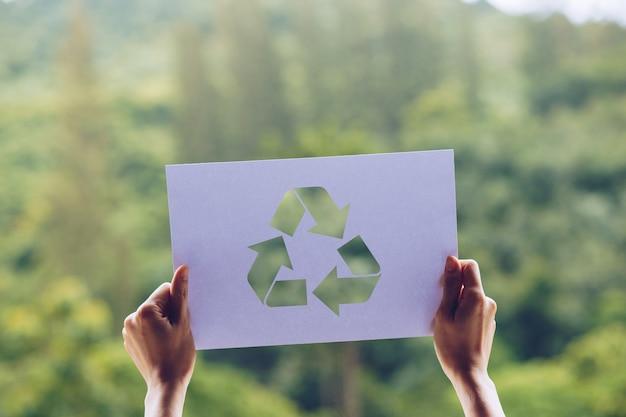 손을 잡고 종이 재활용 표시를 잘라 세계 생태 개념 환경 보전을 저장