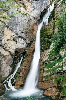 Водопад савица в долине бохинь, словения