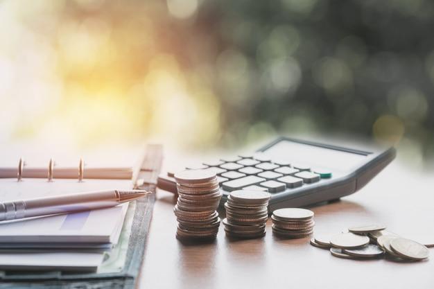 돈 개념 및 돈 동전 스택 비즈니스 개념에 대 한 성장 절약.