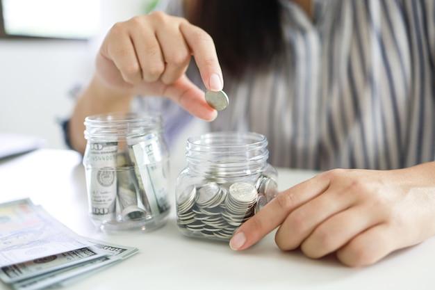 돈 개념을 저장 금융 여자 손 스택 동전 돈 지폐 비즈니스를 성장. 달러 지폐에 현금 돈