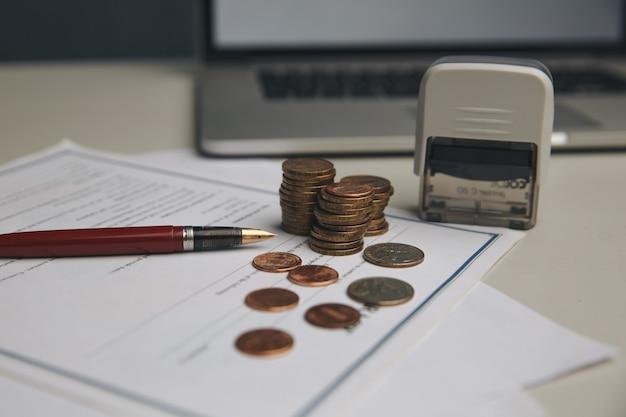 お金の節約の概念、グラフ、コインのスタック