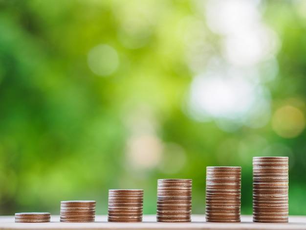貯金コンセプト。ビジネスコンセプトを成長させる。テーブルにお金のコインスタック。