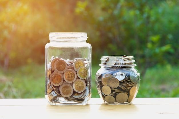 Экономия денег концепция с денежной монеты стек растет для бизнеса.