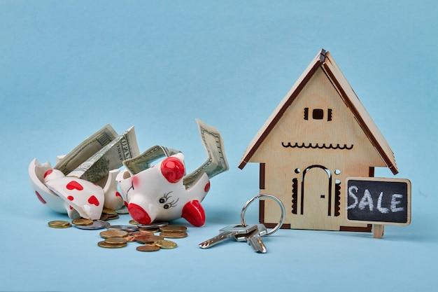 壊れた貯金箱で新しい家のコンセプトのためにお金を節約