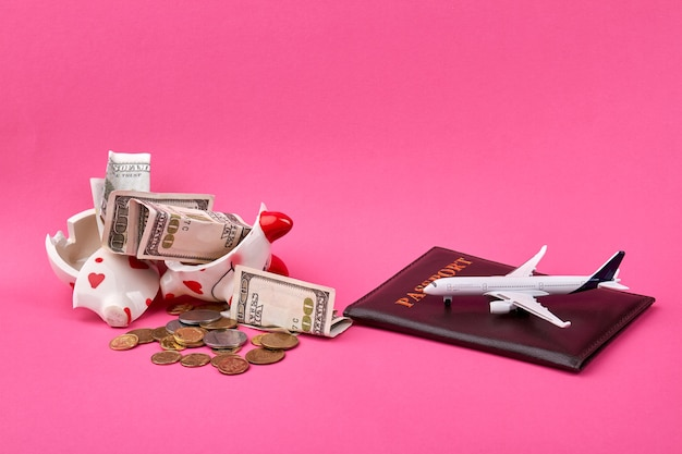 壊れた貯金箱で旅行の概念のためのお金を節約