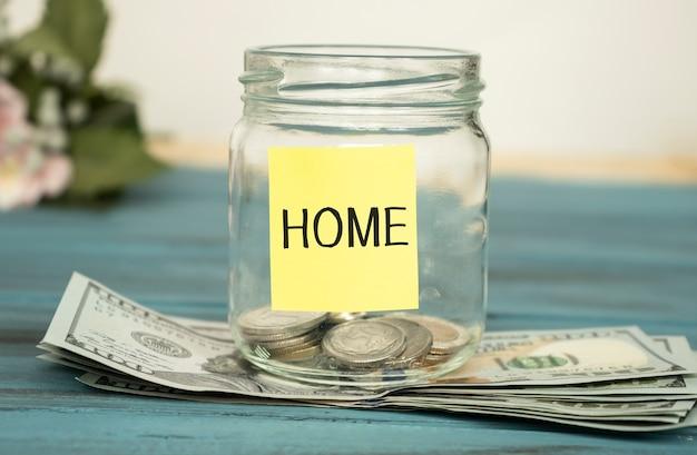 「家」と書かれたラベルが付いた貯金瓶