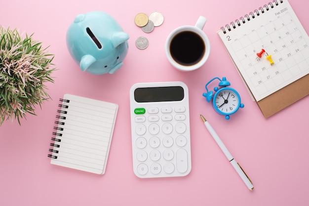 분홍색 책상에서 계획하는 비용 절감
