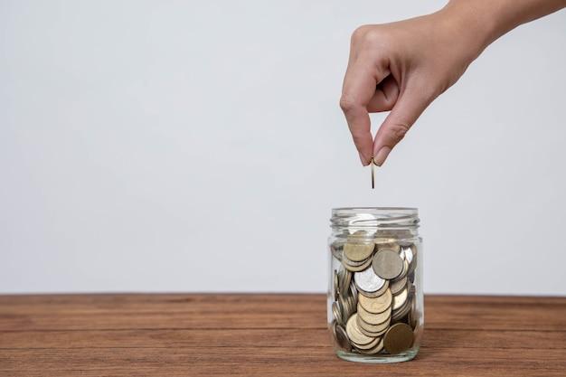 将来に投資して緊急時に使用するためにお金を節約する