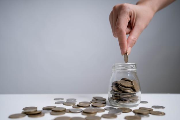 미래에 투자하고 비상시에 사용하기 위해 돈을 절약