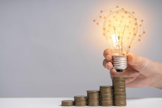 미래에 투자하고 비상시에 사용하기 위해 돈을 저축합니다.