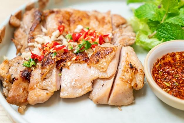 Несладкая курица-гриль с перцем чили и чесноком на тарелке