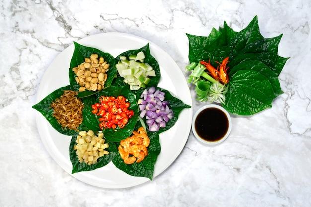 짭짤한 잎 랩 (미 앙캄) 한입 크기 전채 태국 음식 스타일 재료