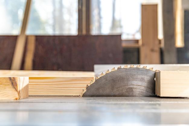 Пила для резки дерева в столярных изделиях