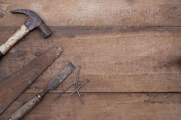 복사 공간이 나무 거친 작업대에 오래 된 목공 handtools의 망치와 끌 수집을 보았다