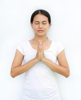 Закрыть глаза девушка таиланд футболка приветствие выражение sawasdee изолированный белый