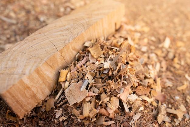Предпосылка текстуры опилк или древесной пыли. деревянный крупный план предпосылки текстуры пола опилк.