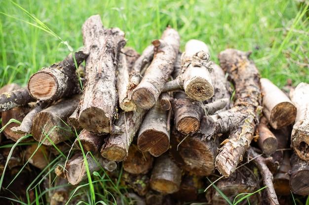 겨울 연료의 잔디 조달에 마당에 장작을 위해 톱질 한 나무 줄기