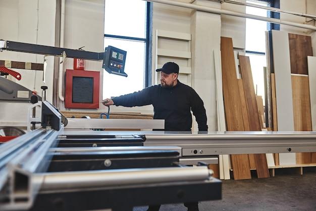 Распиловка деревянной доски на раздвижном столе пила деревообрабатывающее и столярное производство