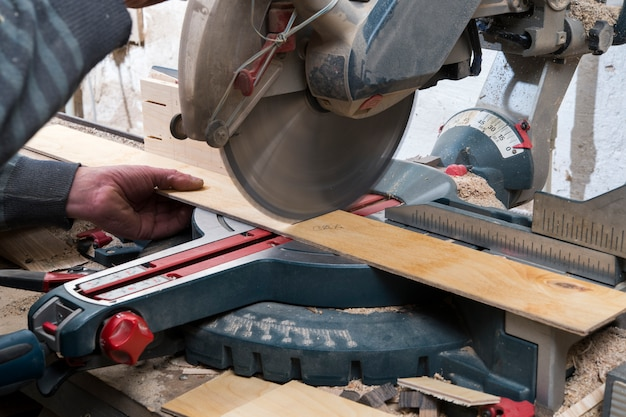 木材の丸鋸鋸